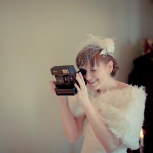 Braut mit Polaroid-Kamera